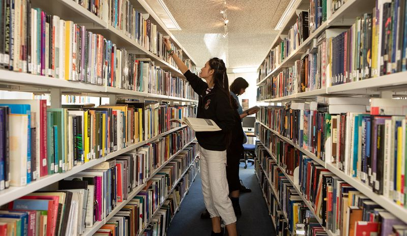 Students in Trevelyan College library